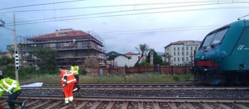 Varese, scontro mortale tra auto e treno merci: morti sul colpo due coniugi
