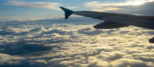 Vive un episodio de racismo por hablar en español y todo el avión le apoya