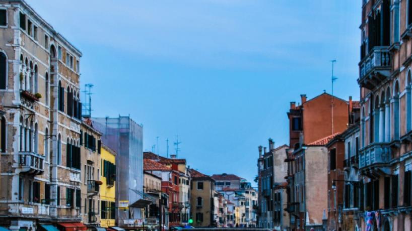 Dos turistas son multados y expulsados de Venecia por prepararse un café en la calle