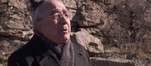Il Segreto, trame: Don Anselmo in crisi spirituale minaccia di togliersi la vita