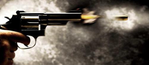 Wesley e a namorada foram mortos a tiros. (Ilustração / Blasting News)