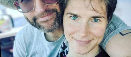 Amanda Knox e il fidanzato avviano una colletta on line per sposarsi: non avrebbero più soldi dopo il recente viaggio in Italia.