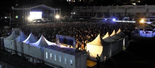 Em telão, torcedores assistiram, no estádio das Laranjeiras, vitória do Flu na Sul-Americana. (Reprodução/Mailson Santana/fluminense.com.br)