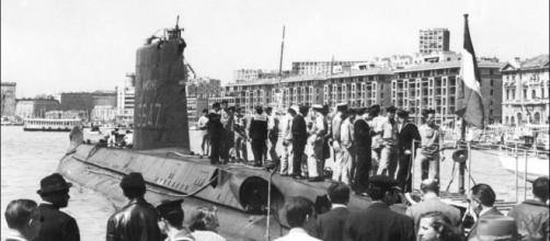 Imagen del submarino Minerve con tripulantes en un puerto francés, en la década de 1960