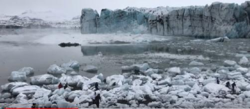 Massive glacier collapses in Iceland Lagoon. [Image source/Earthly YouTube video]