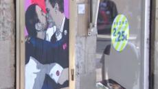 En Barcelona aparece un graffiti de Pedro Sánchez e Iglesias besándose