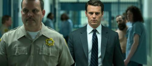 A série 'Mindhunter' mostra a rotina dos agentes Holden (Jonathan Groff) e Bill (Holt McCallany), do FBI, nos anos 1970. (Arquivo Blasting News)