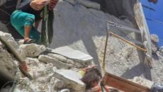 Una foto de unas niñas intentando salvar a su hermana menor en Siria estremece al mundo