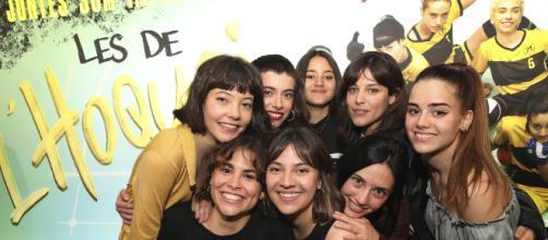 """Las protagonistas y una de las adultas de la serie """"Les de l'hoquei"""", en una foto promocional y su lema """"Juntas son imparables""""."""