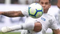 Santos bate Avaí na Vila e se isola na liderança do Brasileirão
