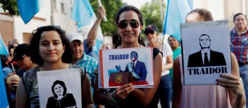 Guatemaltecos protestaron frente al Palacio Presidencial, en Ciudad de Guatemala. - yahoo.com