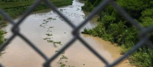 Ao menos 283 pessoas morreram em 2018 tentando atravessar a fronteira entre México e EUA. (Arquivo Blasting News)