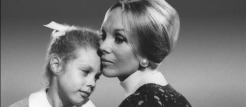 Anne Hamilton Byrne segurando uma de suas crianças. (Arquivo/Blastingnews)