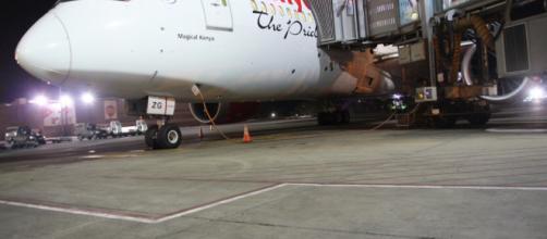 O homem embarcou no avião de forma clandestina. (Reprodução/Twitter/@KenyaAirlines)