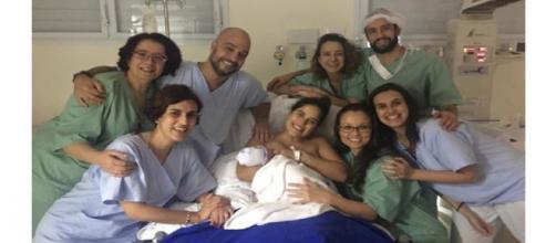 Leandro Lessa posta fotos inéditas do momento do parto. (Reprodução/ Instagram/ @camilla_camargo)