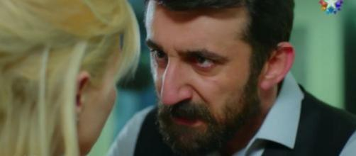 Hakan viene scoperto da sua moglie Demet.