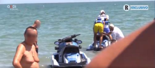 Il figlio di Matteo Salvini sale su una moto d'acqua della polizia