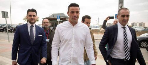 David Serrano, en el centro, a su llegada a los juzgados de Málaga. / EFE