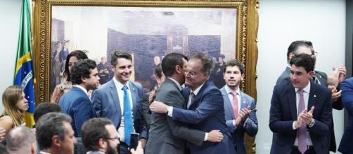 Deputados confraternizam após aprovação do texto. (Pablo Valadares/Câmara dos Deputados)