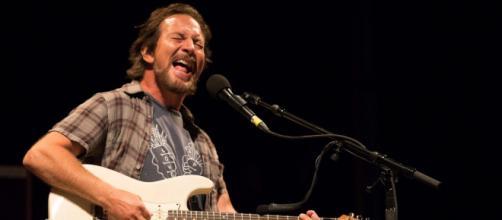 Eddie Vedder suona 'Crazy little thing called love' dei Queen