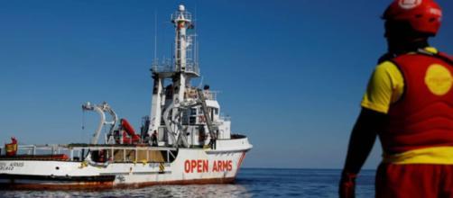 España advierte al OpenArms con multas de 900.000 euros si sigue su labor de rescate