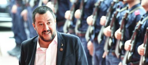 La foto di Salvini con alcune poliziotte scatena l'ira del Pd