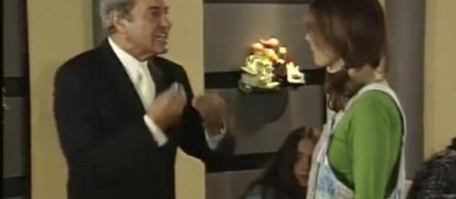 Un jovencísimo Pablo Iglesias, abajo, en una secuencia de 'La casa de los líos'. / TWITTER