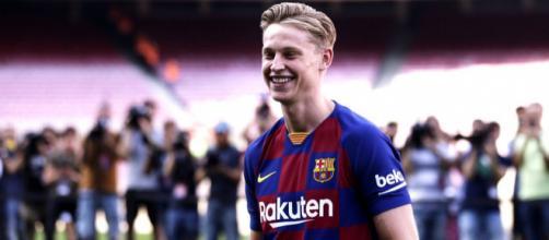 El holandés Frenkie de Jong pisó el césped del Camp Nou por primera vez como jugador del Barça | Fuente: Twitter FC Barcelona