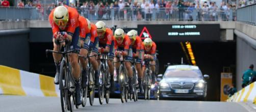 Il Team Bahrain Merida impegnato nella cronosquadre del Tour de France