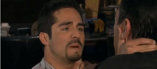 Gustavo quer contar a verdade a Rogério. (Reprodução/Televisa)