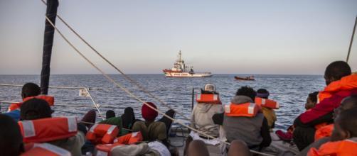 Malta apre il porto ai 65 migranti a bordo della Alan Kurdi ma verranno subito ricollocati in Europa