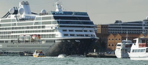 Un crucero pierde el control en el muelle de Venecia