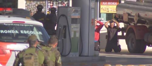 Bandidos se entregaram após libertarem os reféns. (Reprodução/TV Tem)