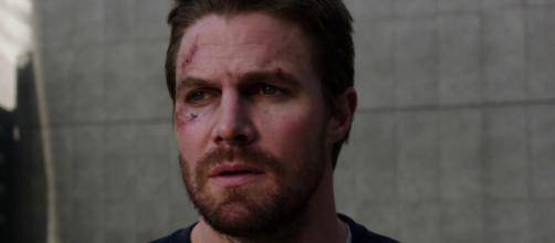 Oliver outs himself as Green Arrow 6x23. image via claireice/YouTube screencap