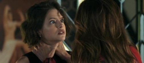 Desconfiada, Maria da Paz arruma um jeito de enganar a filha. (Reprodução / TV Globo)