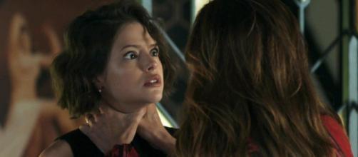 Josiane vem escondendo o romance com Régis, mas em breve tudo será descoberto. (Reprodução/ Rede Globo)
