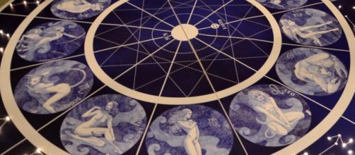 Previsioni astrali di martedì 13 agosto: Pesci e Cancro top in amore, Ariete nel lavoro