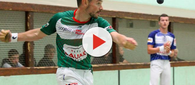 Un champion de pelote basque décapite un coq avec ses dents