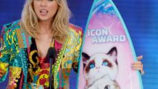Taylor Swift llega con resaca a la 'Teen Choice Awards' para recoger su premio