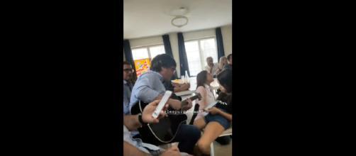 Carles Puigdemont toca la guitarra en la llamada Casa de la República/ TWITTER