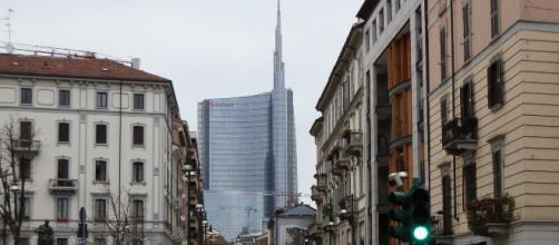 Milano, donna aggredita con un coccio di bottiglia in Largo la Foppa