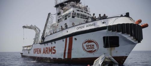 Open Arms, la nave ferma da 11 giorni in mare con 151 migranti a bordo