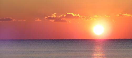 Paesaggio, tramonto in mezzo al mare