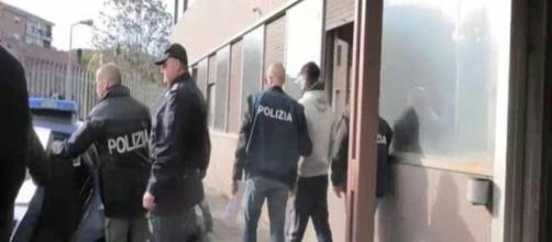 Cosenza: violentata per 10 anni dal suo amante e da altri 20 uomini, 5 arresti