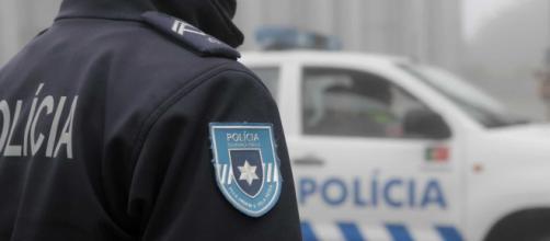 Dois agentes da PSP acabam no hospital após confrontos violentos.