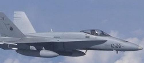 El F-18, protagonista del incidente, se acerca a interceptar las aeronaves desconocidas.