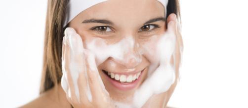 Limpiezas regulares del rostro ayudan a controlar el acné. - elmundo.es