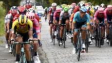 Ciclismo, BinckBank Tour: un uomo rischia di causare una maxicaduta