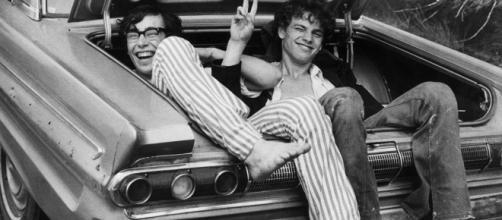 Due ragazzi in coda verso Woodstock