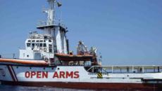 Open Arms, un gruppo di migranti si getta in mare nel tentativo di raggiungere Lampedusa
